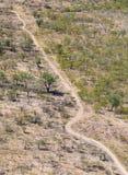 Foto aérea de uma trilha de sujeira remota imagens de stock