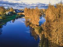 Foto aérea de un lago en Sunny Autumn Day - mirada de la película del vintage Imagen de archivo