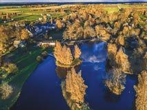 Foto aérea de un lago en Sunny Autumn Day - mirada de la película del vintage Foto de archivo