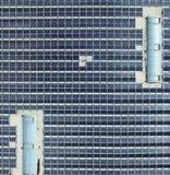 Foto aérea de un tejón grande con los módulos solares, visión detallada del pasillo desde la opinión del s-ojo del ` del pájaro Imagen de archivo libre de regalías