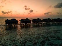 Foto aérea del abejón - casas de planta baja por encima de la superficie en los Maldivas en la salida del sol fotos de archivo libres de regalías
