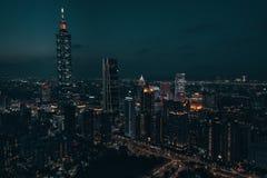 Foto aérea del abejón - ciudad de Taipei, Taiwán en la noche fotos de archivo libres de regalías