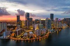 Foto aérea del abejón de Brickell en el crepúsculo de Miami la Florida de la bahía fotos de archivo