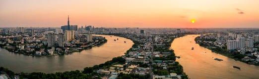Foto aérea del abejón - horizonte de Saigon Ho Chi Minh City en la puesta del sol Vietnam imagenes de archivo
