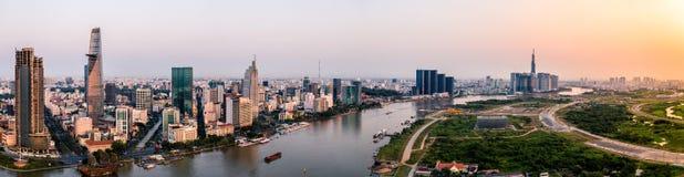 Foto aérea del abejón - horizonte de Saigon Ho Chi Minh City en la salida del sol Vietnam imagenes de archivo