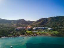 Foto aérea del abejón - hoteles turísticos a lo largo de la Costa del Pacífico de Costa Rica, rodeada por las montañas rugosas Fotografía de archivo