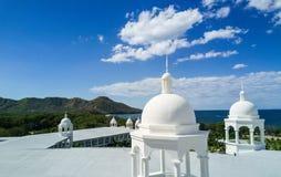 Foto aérea del abejón - hoteles turísticos a lo largo de la Costa del Pacífico de Costa Rica, rodeada por las montañas rugosas Fotos de archivo libres de regalías