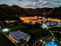 Foto aérea del abejón - hoteles turísticos a lo largo de la Costa del Pacífico de Costa Rica, rodeada por las montañas rugosas Foto de archivo