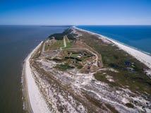 Foto aérea del abejón - la fortaleza histórica de la guerra civil, fuerte Morgan, en el extremo del golfo apuntala la península a Fotografía de archivo libre de regalías