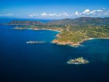 Foto aérea del abejón - montañas hermosas a lo largo de la costa costa de Costa Rica Fotos de archivo