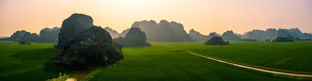 Foto aérea del abejón - montañas y campos del arroz de Vietnam del norte en la puesta del sol fotos de archivo libres de regalías