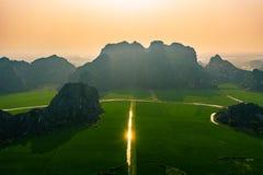 Foto aérea del abejón - montañas y campos del arroz de Vietnam del norte en la puesta del sol imagen de archivo