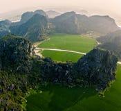 Foto aérea del abejón - montañas y campos del arroz de Vietnam del norte en la puesta del sol imagen de archivo libre de regalías