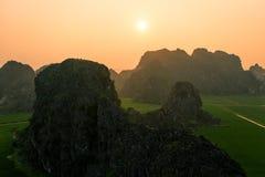 Foto aérea del abejón - montañas y campos del arroz de Vietnam del norte en la puesta del sol fotografía de archivo libre de regalías