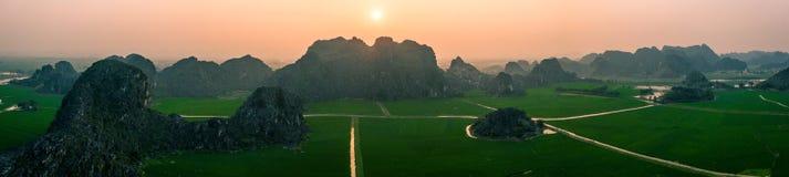 Foto aérea del abejón - montañas y campos del arroz de Vietnam del norte en la puesta del sol imágenes de archivo libres de regalías