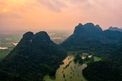 Foto aérea del abejón - montañas y lagos de Vietnam septentrional en la puesta del sol fotos de archivo