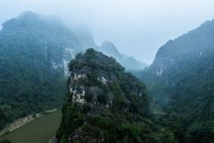 Foto aérea del abejón - montañas y ríos de Vietnam septentrional foto de archivo