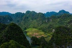 Foto aérea del abejón - montañas y ríos de Vietnam septentrional imágenes de archivo libres de regalías