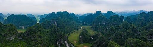 Foto aérea del abejón - montañas y ríos de Vietnam septentrional imagenes de archivo