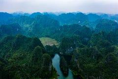 Foto aérea del abejón - montañas y ríos de Vietnam septentrional fotografía de archivo libre de regalías