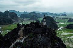 Foto aérea del abejón - mujer al lado de una capilla encima de una montaña en Vietnam septentrional Hang Mua fotografía de archivo