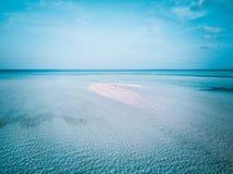 Foto aérea del abejón - mujer en las islas de Maldivas foto de archivo libre de regalías