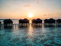 Foto aérea del abejón - mujer que disfruta de una salida del sol en los Maldivas imagen de archivo libre de regalías