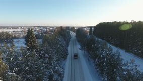 Foto a?rea del acuerdo de la caba?a del invierno en un bosque almacen de metraje de vídeo