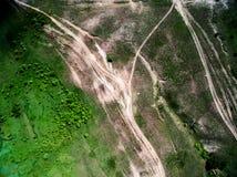 Foto aérea del campo verde con los árboles y los caminos rodados Fotografía de archivo