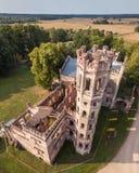Foto aérea del castillo de Odzienas en Letonia, Europa en Sunny Summer Day hermoso, concepto de viaje en armonía fotografía de archivo libre de regalías