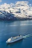 Foto aérea del Glacier Bay de Alaska con el barco de cruceros Imagen de archivo libre de regalías