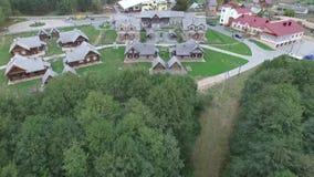 Foto aérea del pueblo o de la ciudad Alto sobre las casas fijadas en campo verde almacen de metraje de vídeo