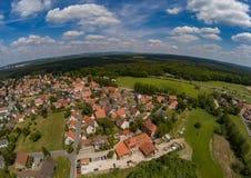 Foto aérea del pueblo Tennenlohe cerca de la ciudad de Erlangen foto de archivo