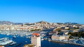 Foto aérea del puerto y de Notre Dame de la Garde de Le vieux en Marsella foto de archivo libre de regalías