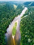 Foto aérea del río Gauja en Letonia, Europa, con los bosques verdes alrededor de él en Sunny Summer Day, concepto de viaje en arm fotografía de archivo libre de regalías