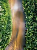 Foto aérea del río Gauja en Letonia, Europa, con los bosques verdes alrededor de él en Sunny Summer Day, concepto de viaje en arm imagen de archivo libre de regalías