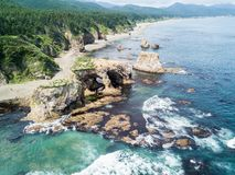 Foto aérea do cabo Ptichiy próximo pelo cabo Velikan, ilha de Sakhalin, Rússia Sahalin Paisagem surrealista, arcos naturais imagens de stock royalty free