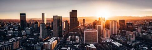 Foto aérea do zangão - cidade de Denver Colorado no por do sol fotografia de stock