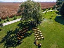 Foto aérea do zangão - local de encontro do casamento em uma exploração agrícola do milho de Illinois imagens de stock