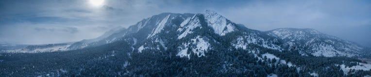 Foto aérea do zangão - montanhas cobertos de neve bonitas dos ferros de passar roupa no inverno Boulder, Colorado fotos de stock royalty free