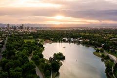 Foto aérea do zangão - skyline de Denver, Colorado no por do sol do parque da cidade imagem de stock