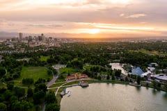 Foto aérea do zangão - skyline de Denver, Colorado no por do sol do parque da cidade imagens de stock