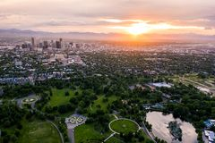 Foto aérea do zangão - skyline de Denver, Colorado no por do sol do parque da cidade fotos de stock royalty free