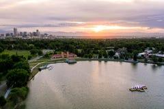 Foto aérea do zangão - skyline de Denver, Colorado no por do sol do parque da cidade foto de stock royalty free