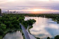 Foto aérea do zangão - skyline de Denver, Colorado no por do sol do parque da cidade foto de stock