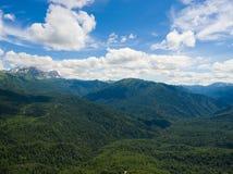 Foto aérea Valle de la montaña Paisaje con los picos de montaña Fotografía de archivo libre de regalías