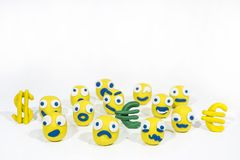 Foto abstracta con los smiley amarillos hechos de la arcilla del juego Foto de archivo