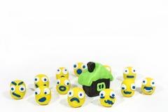 Foto abstracta con los smiley amarillos hechos de la arcilla del juego Imagen de archivo