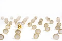 Foto abstracta del cryptocyrrency Algunas monedas del cryptocurrency adentro sirven la mano Fotografía de archivo libre de regalías