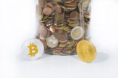 Foto abstracta del cryptocyrrency Algunas monedas del cryptocurrency en la tabla Foto de archivo libre de regalías